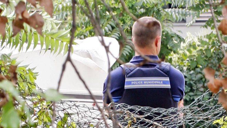 un policier vu de dos