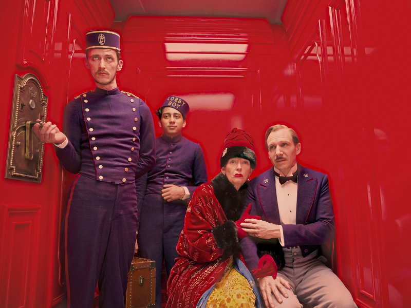 "Paul Schlase, Tony Revolori, Tilda Swinton et Ralph Fiennes dans ""The Grand Budapest Hotel"", de Wes Anderson © Fox Searchlight Pictures"
