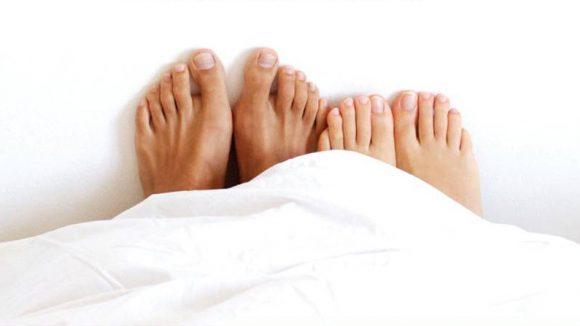 Paire de pieds au lit