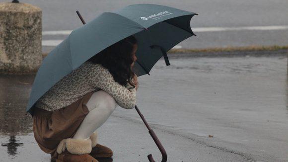 Fillette pluie averse parapluie