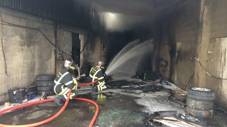 Les pompiers éteignent un feu de garage dans le 7e arrondissmeent de Lyon
