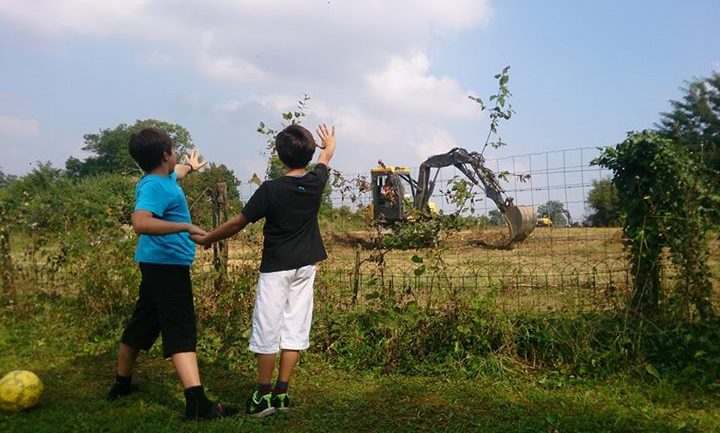 Enfants Lorenzo devant la route d'OL Land