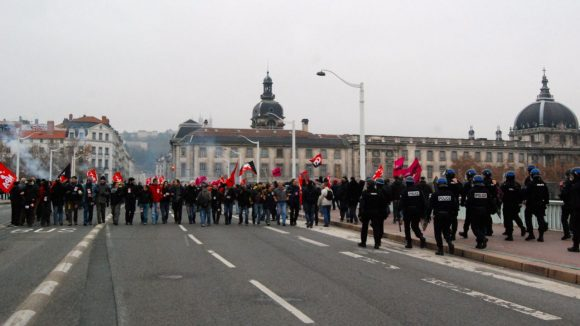Manifestants pont de la Guillotière manif anti-FN