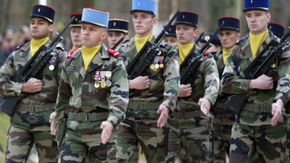 Des militaires défilant