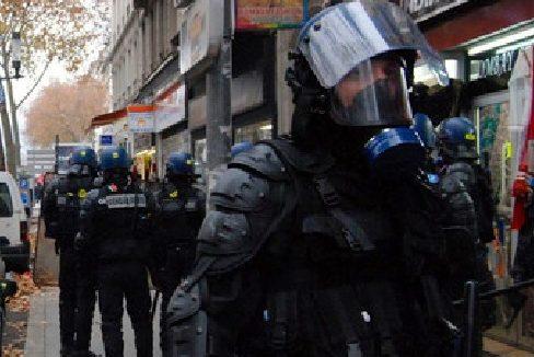 des CRS pendant une intervention au cours d'une manifestation