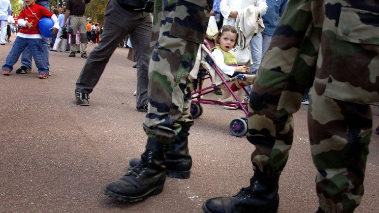 des militaires au milieu de la foule place Bellecour.