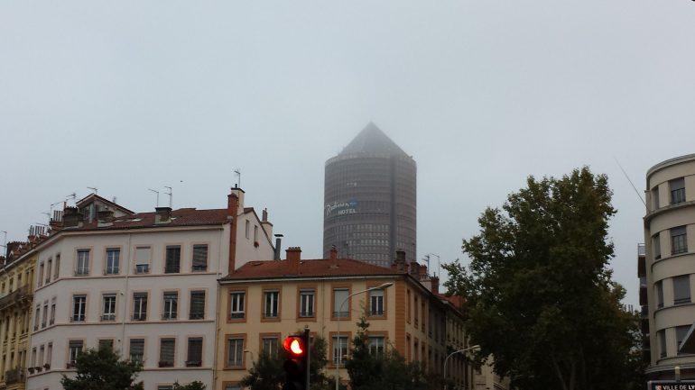 La Tour Part-Dieu dans la brume