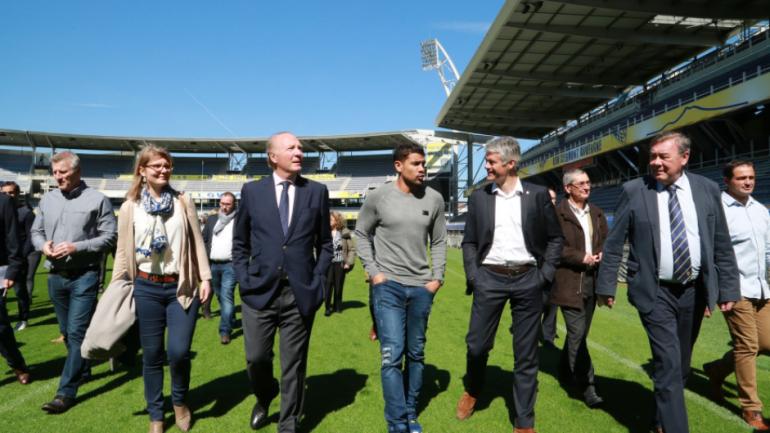 Laurent Wauquiez lors d'un visite au stade du club de rugby de Clermont-Ferrand