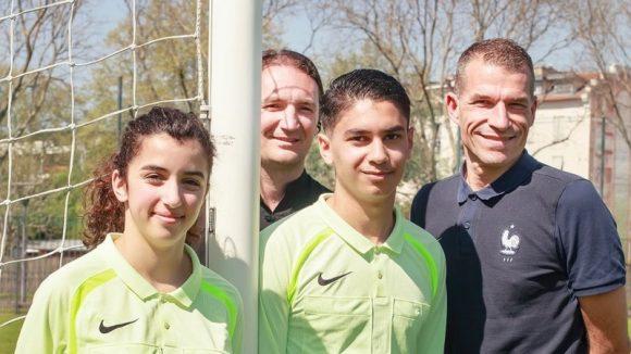 Les conseillers techniques régionaux Wilfried Bien et Richard Pion, avec les jeunes arbitres Nour Lahsini et Bilal Laimene, à Tola Vologe © Tim Douet