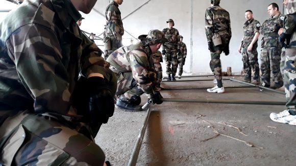 """Montage d'une tente dite """"légère"""" de l'armée - © Elie Guckert"""