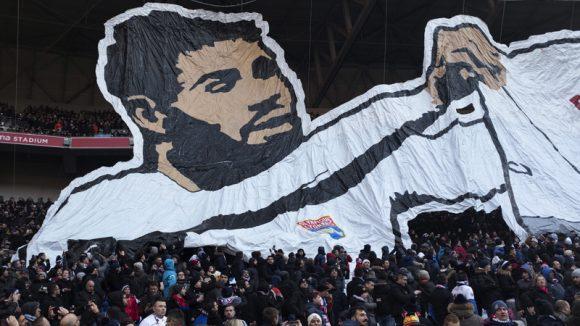 Supporters avec un tifo de Fekir (OL-ASSE, 25février 2018) © Romain Lafabrègue / AFP