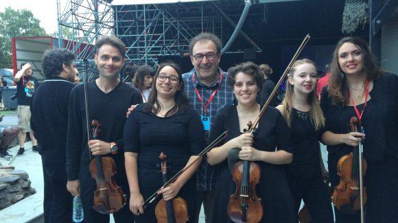 Philippe Egasse entouré des élèves du conservatoire (© Léa Dubuc)