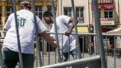 Un duo bénévole-réfugié en plein montage du festival LyonBD © Tim Douet – juin 2018