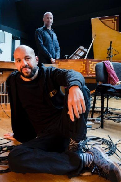 """Mourad Merzouki et Franck-Emmanuel Comte (Concert de l'Hostel Dieu), pendant la préparation de """"Folia"""" © Tim Douet"""