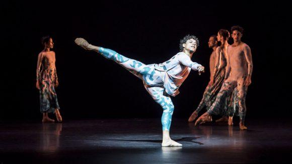 "Acosta Danza dans ""Belles lettres"" de Justin Peck © Johan Persson"