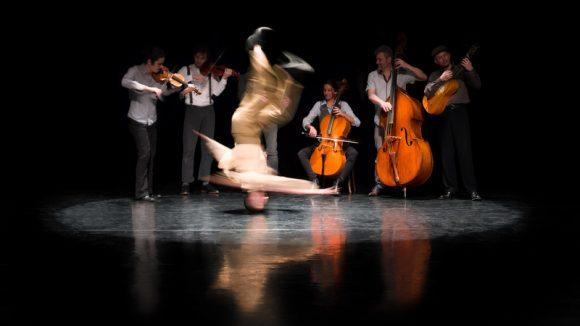 Nuits de Fourvière 2018 – Folia (chorégraphie de Mourad Merzouki, création musicale Concert de l'Hostel Dieu) © Julie Cherki