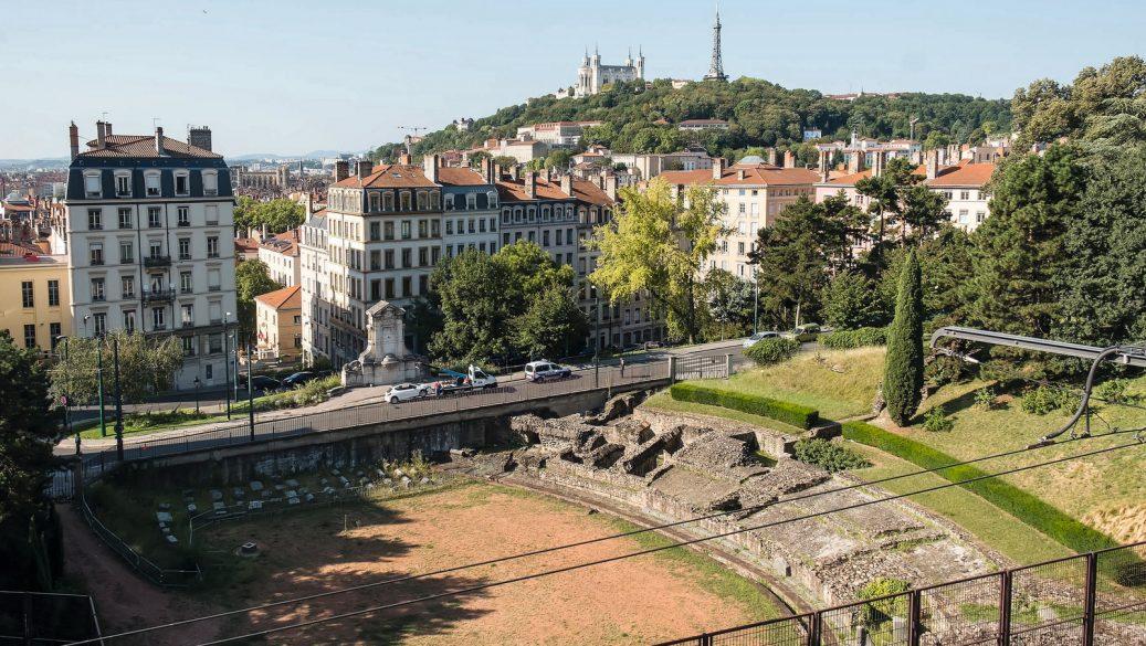 Vue de Lyon – Au premier plan, l'amphithéâtre des Trois-Gaules, sur les pentes de la Croix-Rousse © Tim Douet