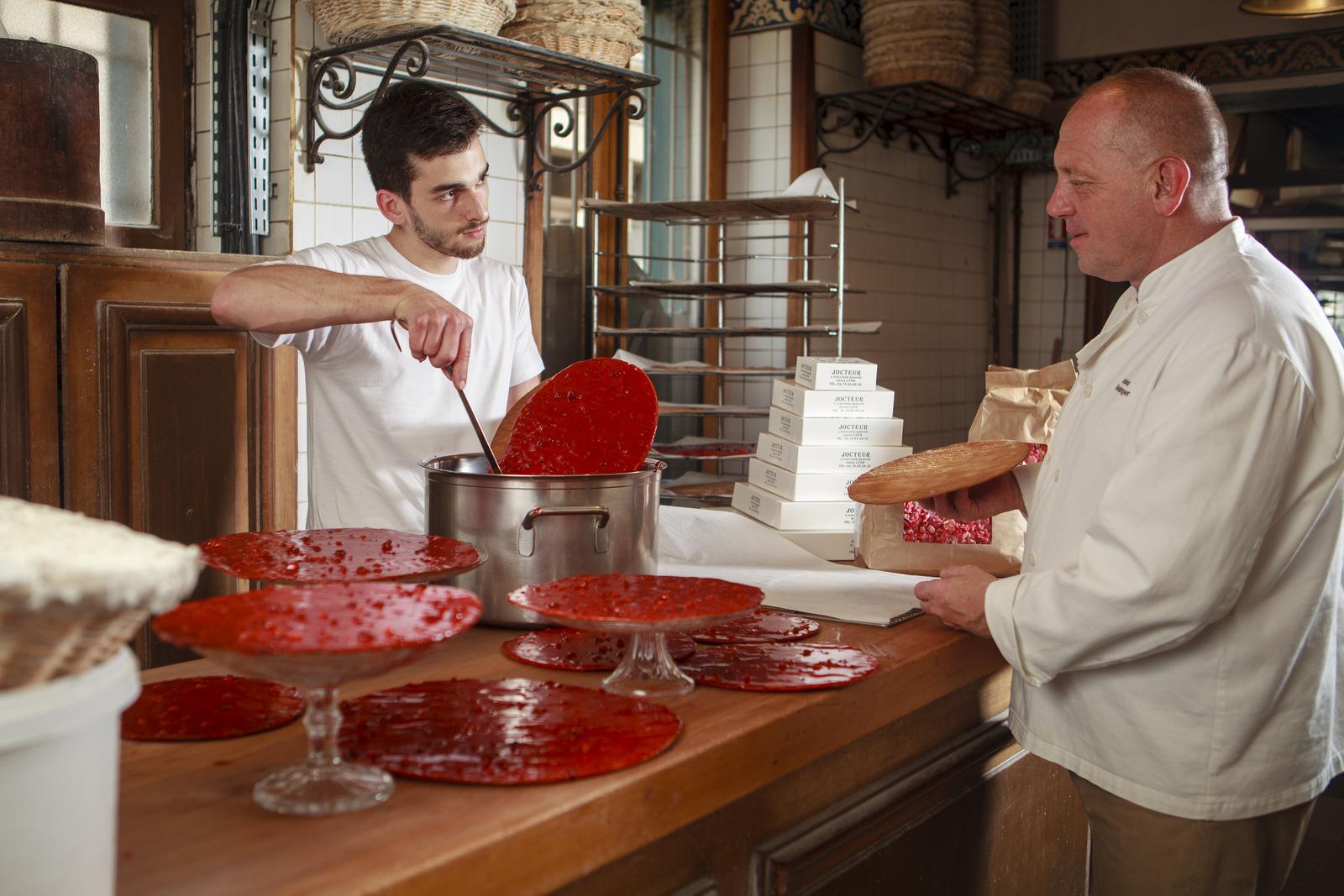 Philippe Jocteur supervisant la fabrication de ses tartes aux pralines © Tim Douet