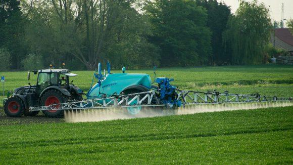 Agriculteur traitant un champ aux pesticides – région de Lille, 2016 © Denis Charlet / AFP