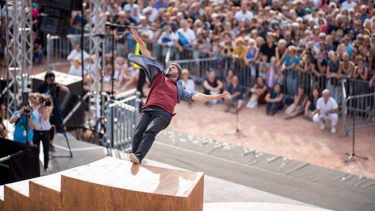Passants – Final du défilé de la Biennale de la danse 2018, le 16septembre, place Bellecour – Chorégraphie Yoann Bourgeois / CCN2-Centre chorégraphique National de Grenoble © Thanh Ha Bui