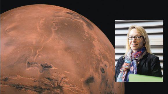 """La chercheuse lyonnaise Cathy Quantin devant une image de la planète Mars extraite du film """"Les Cobayes du cosmos"""" © Nasa/Cocottes Minute Prod // Tim Douet (montage LC)"""