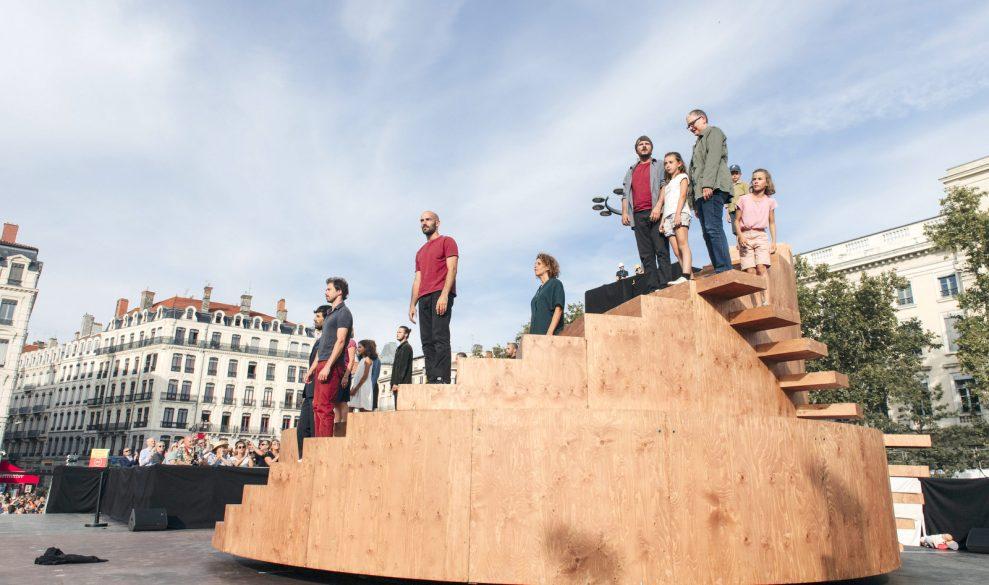 Passants – Chorégraphie Yoann Bourgeois / CCN2-Centre chorégraphique national de Grenoble – Final du défilé de la Biennale de la danse 2018, le 16septembre, place Bellecour © DR