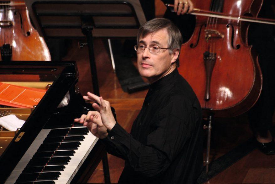 Le chef Christian Zacharias, dirigeant l'orchestre du piano © DR