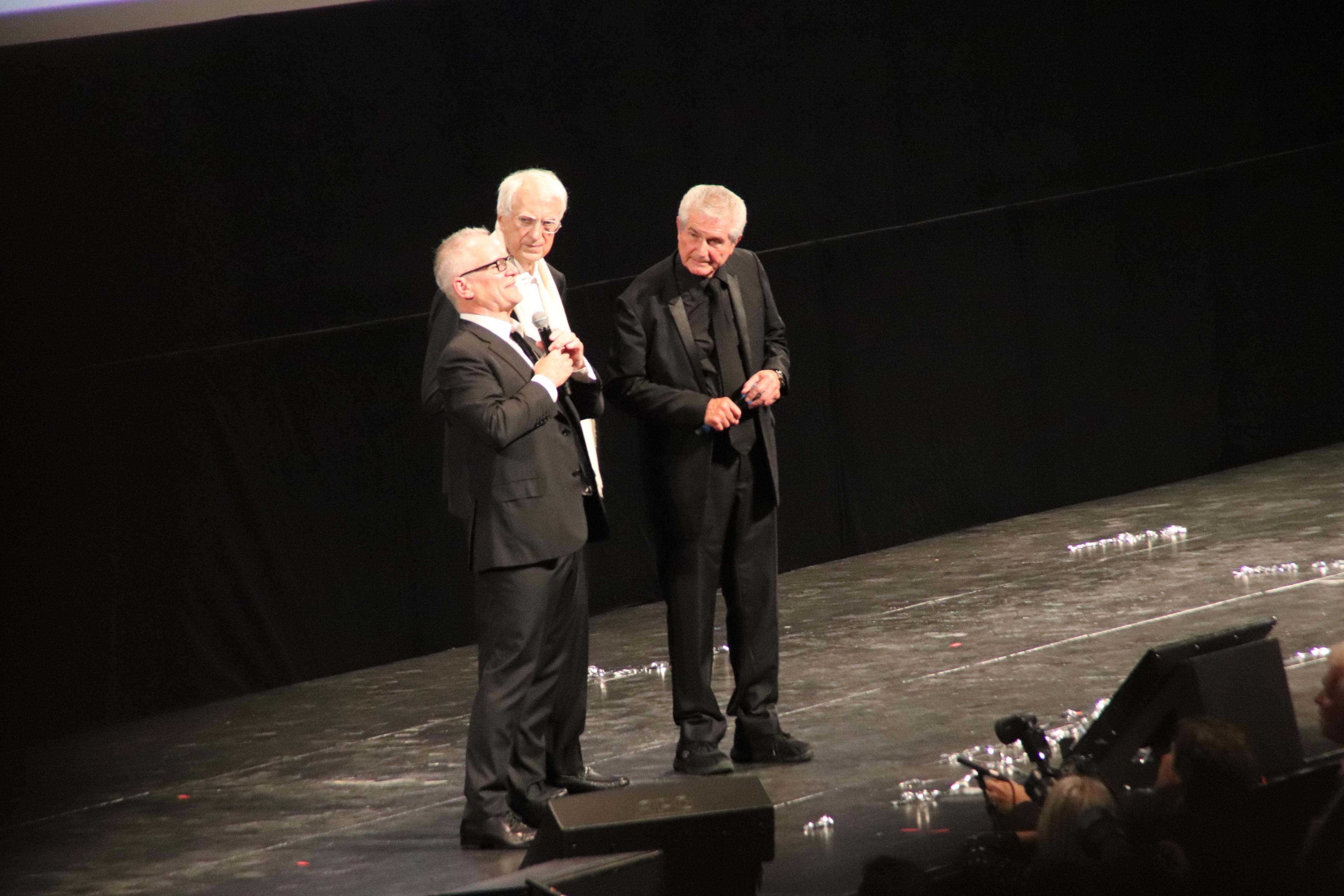 Thierry Frémaux, directeur de l'institut Lumière, aux côtés de Bertrand Tavernier, président de cet institut, et du cinéaste Claude Lelouch © Flora Chaduc