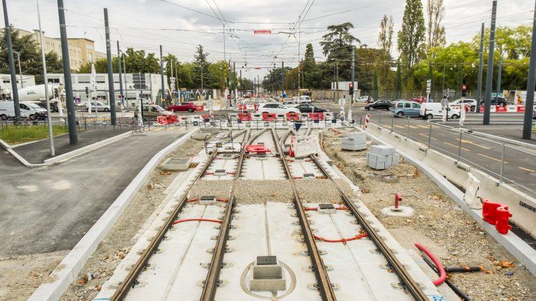 Tram T6 Pinel carrefour route voiture bouchon travaux © Tim Douet