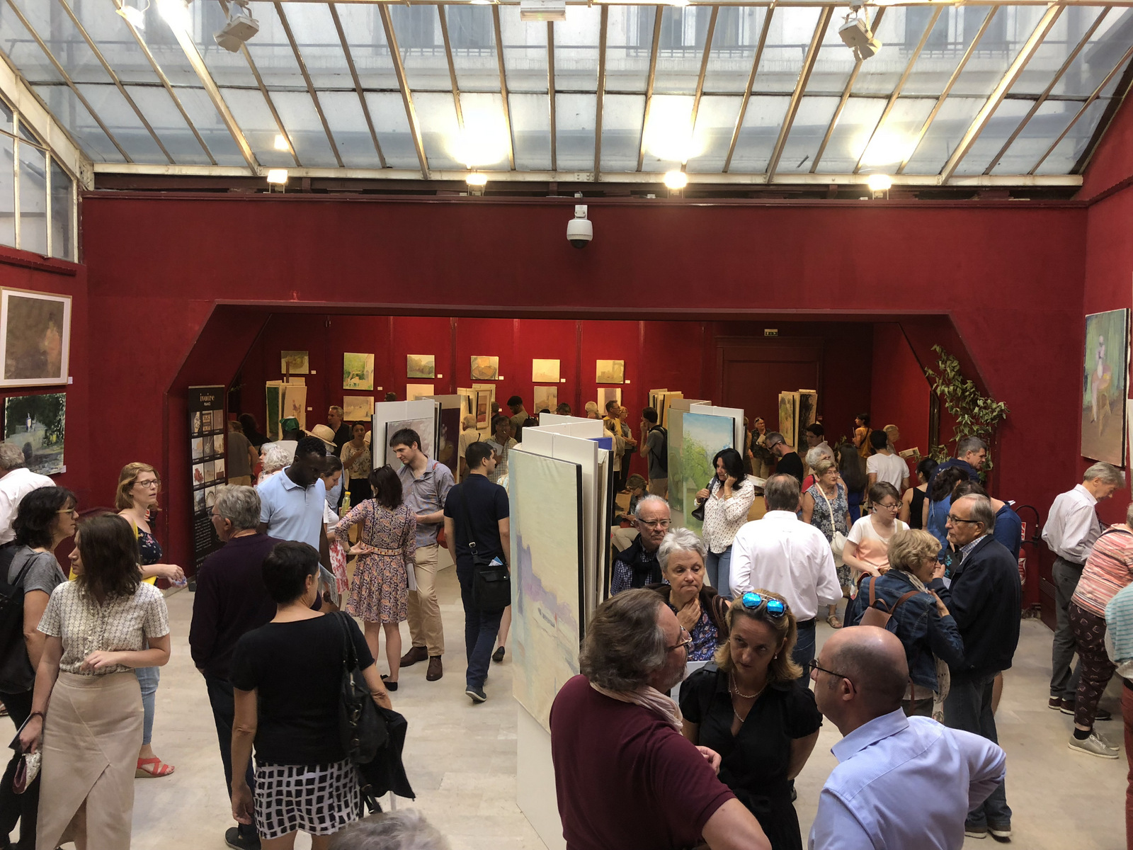 Exposition des toiles du peintre lyonnais Truphémus avant leur vente aux enchères, en septembre 2018 © DR
