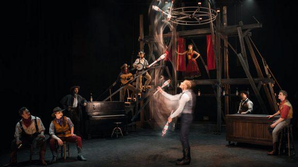 Saloon, par le cirque Eloize © Jules Trupin