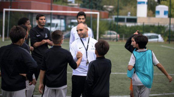 Saïd Mehamha avec des jeunes de son académie de football, à Lyon © DR