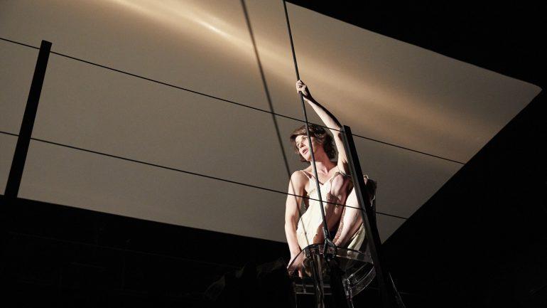 Irène Jacob dans VxH – Mise en scène Roland Auzet © Christophe Raynaud de Lage
