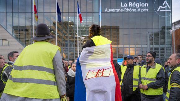 Manifestation de Gilets jaunes devant l'hôtel de région, à Lyon, le 7décembre © Tim Douet