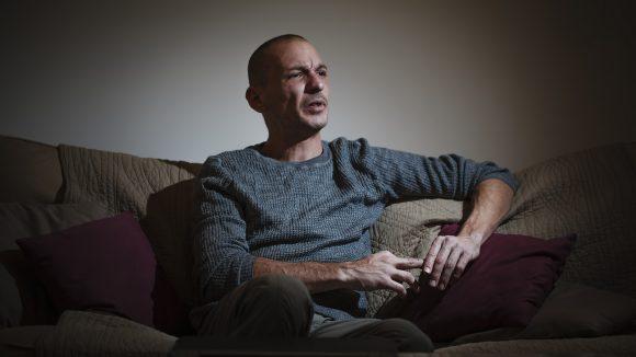 Pierre-Emmanuel Germain-Thill, porte-parole de l'association La Parole libérée, chez lui, en décembre 2018 © Tim Douet