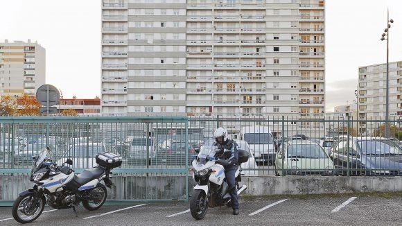 Immeuble Rilleux police parking motard logement social hlm