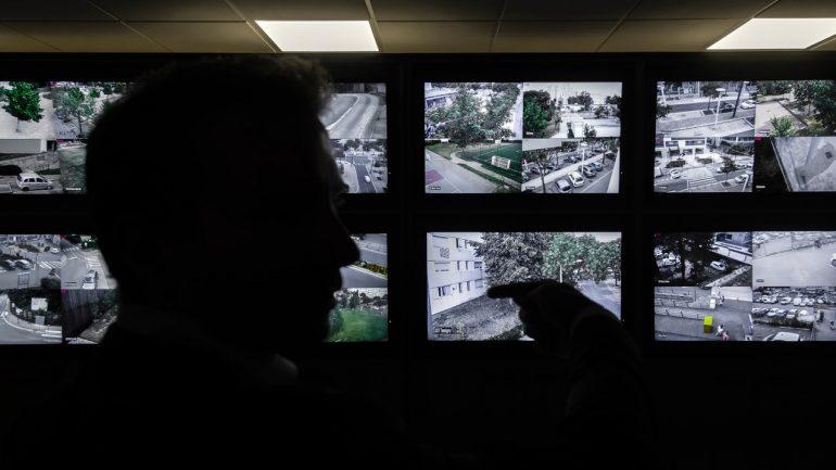 Poste central de vidéosurveillance policière dans la banlieue de Lyon © Tim Douet