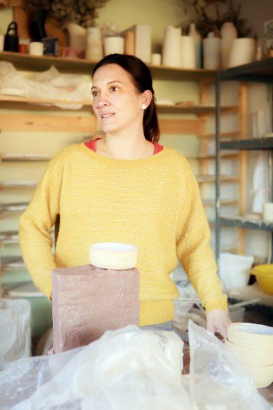 Hortense Montarnal dans son atelier de Rochetaillée-sur-Saône © TIm Douet