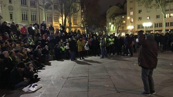 Assemblée générale des Gilets jaunes de Lyon, lundi 7janvier, devant la Bourse du travail © Lyon Capitale