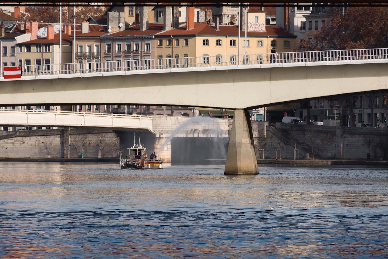 Lyon : fumigènes, feu d'artifice, des ponts illuminés, que s'est-il passé ?