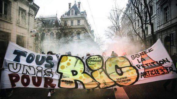 Banderole réclamant l'instauration d'un référendum d'initiative citoyenne (RIC) lors d'une manifestation des Gilets jaunes à Lyon, en janvier 2019 © Antoine Merlet