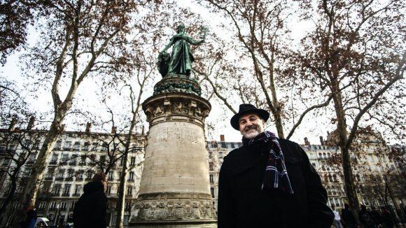 Le politologue lyonnais Paul Ariès devant la statue de la République, place Carnot, le 19janvier 2019 © Antoine Merlet