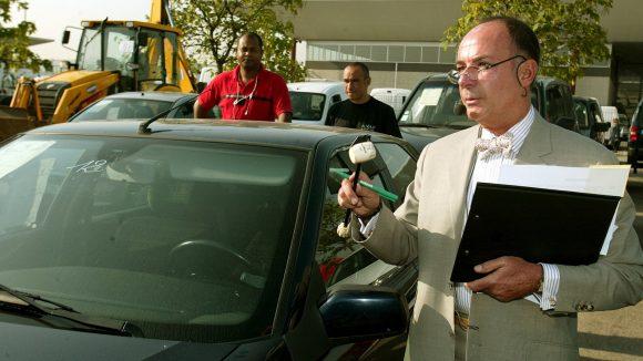 Le commissaire priseur Jean-Claude Anaf, pendant une vente aux enchères de voitures à Saint-Priest, en 2004 © Laurent Thévenot / MaxPPP