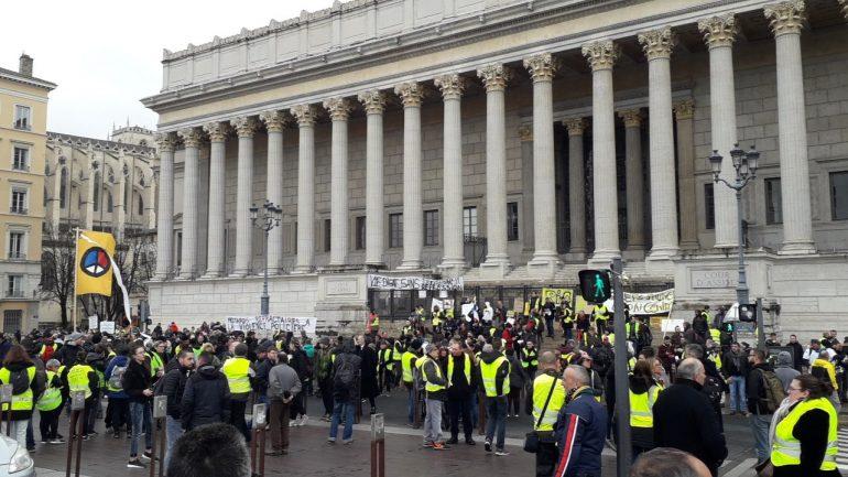 gilets jaunes lyon environ 500 personnes devant le palais de justice. Black Bedroom Furniture Sets. Home Design Ideas