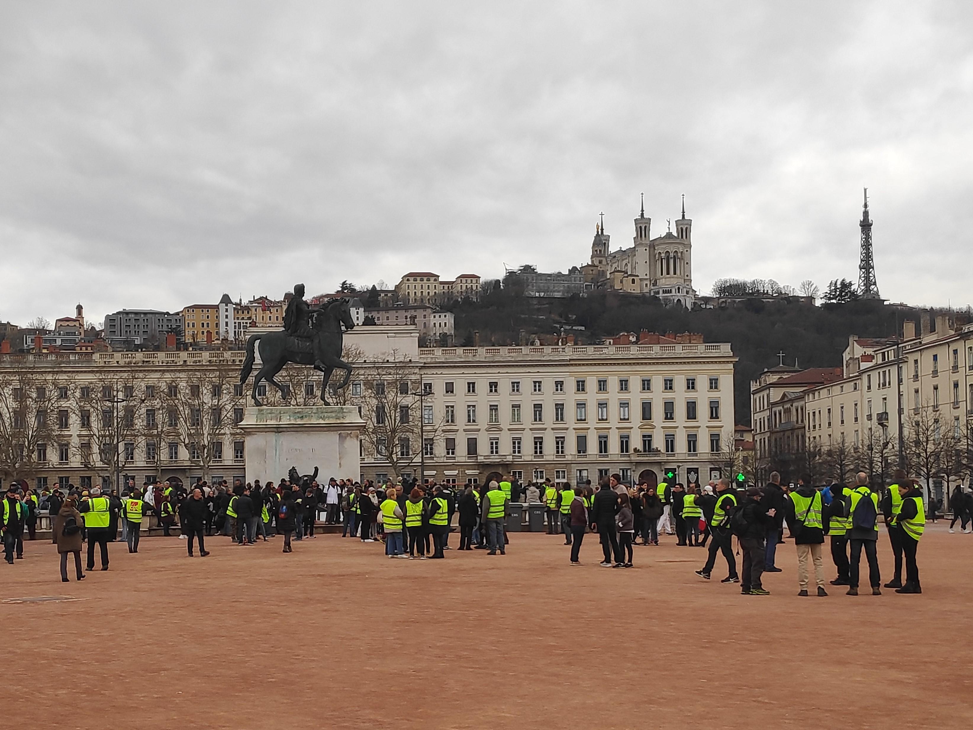Lyon : une centaine de Gilets jaunes mobilisés pour soutenir les pompiers