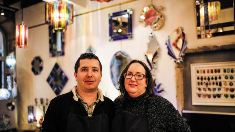 Julien et Stéphanie Pitrat, verriers, dans leur atelier-boutique du Vieux-Lyon © Antoine Merlet