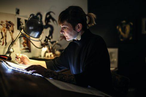 La dessinatrice Aurélie Neyret, dans son atelier, en mars 2019 ©Antoine Merlet