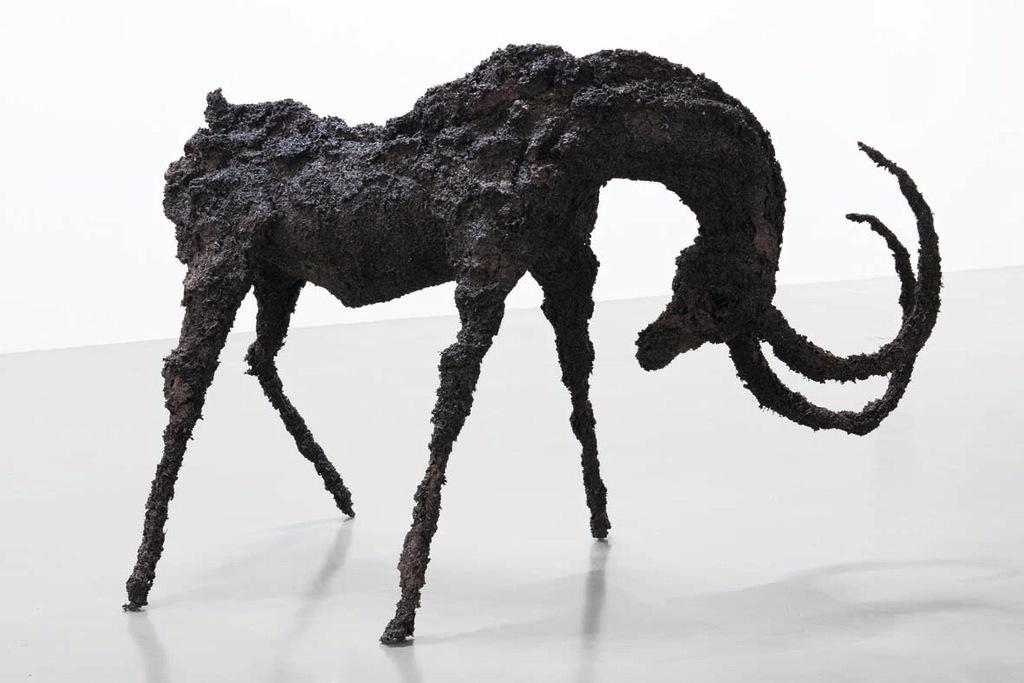 Lionel Sabatté – Bouc d'avril, 2015. Thé sur structure métallique. 158x220x117cm © DR