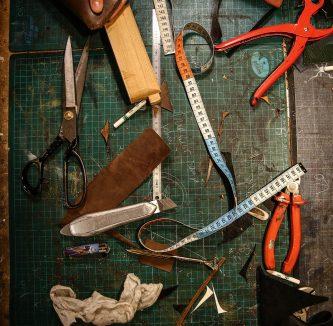 Outils servant au travail du cuir – Atelier d'Auriane Villemey à Lyon © Antoine Merlet