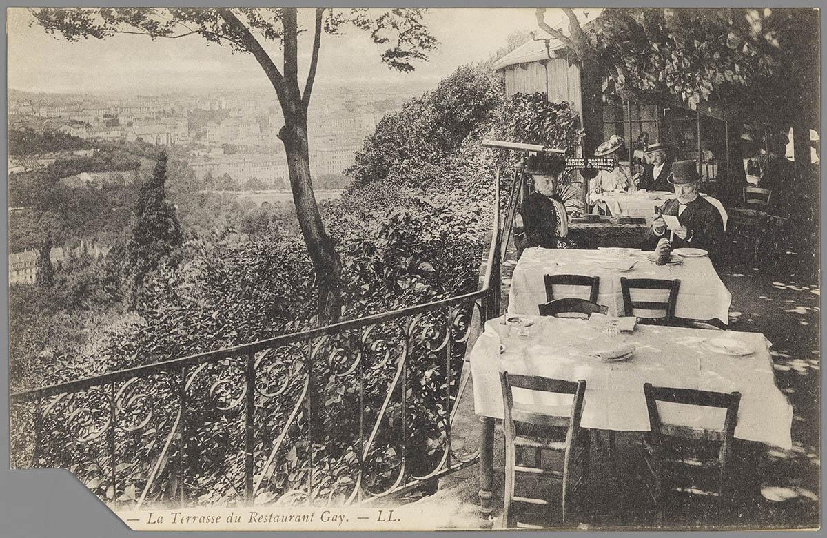 Carte postale de la terrasse du restaurant Gay, au premier étage de la tour métallique de Fourvière © Archives municipales (4FI_02520)